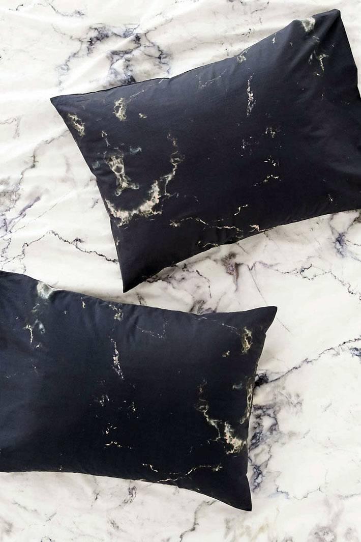 декоративные подушки с мраморным принтом в интерьере