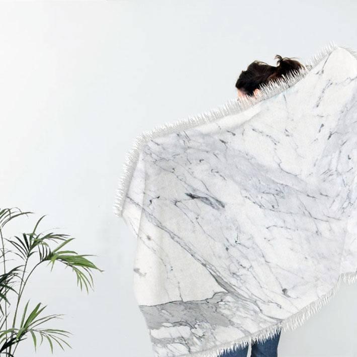 текстиль с мраморным принтом в интерьере