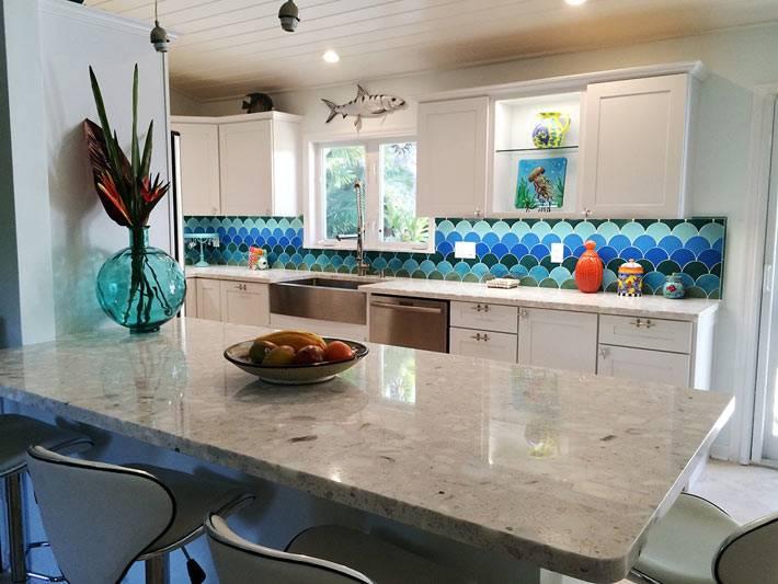 красивый кухонный фартук с плиткой рыбья чешуя фото