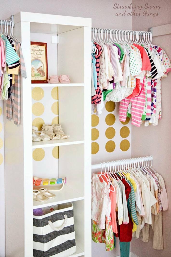 открытый шкаф для детской одежды в интерьере детской комнаты