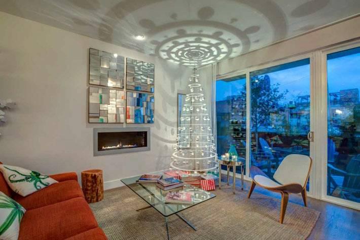 искусственная белая елка в новогоднем интерьере