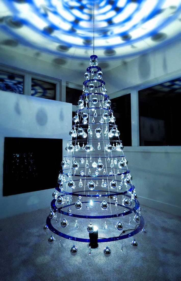 креативная новогодняя елка из акриловых колец