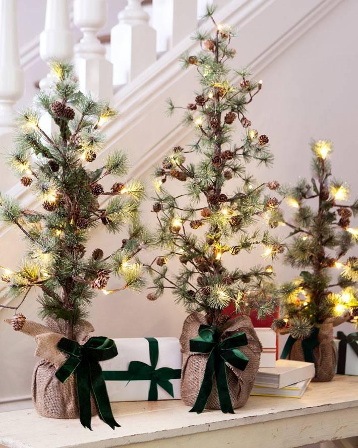 маленькие елочки с гирляндами на новый год