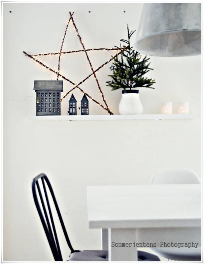 новогоднее украшение дома с маленькой елочкой