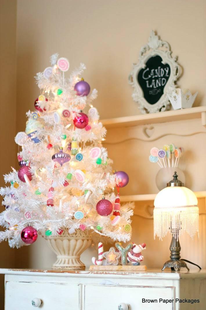 красивая маленькая белая елка в новогоднем интерьере