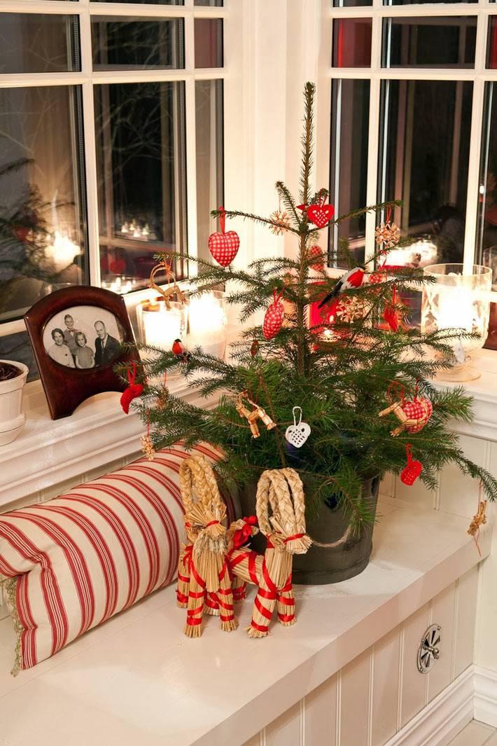 нарядная маленькая елка в новогоднем интерьере