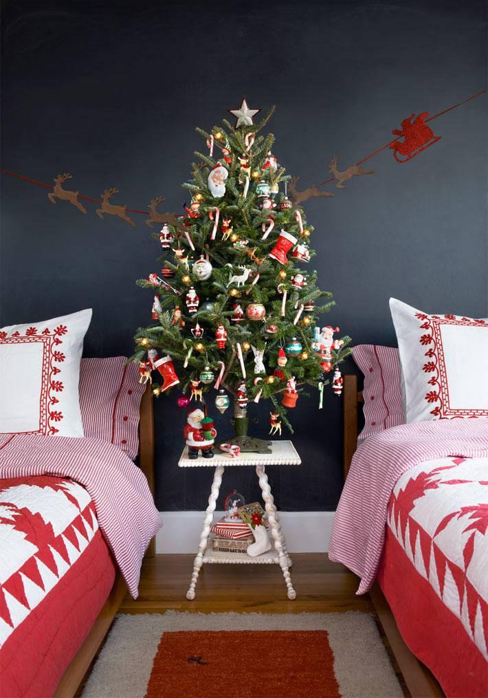 красивая небольшая новогодняя елка в интерьере спальни