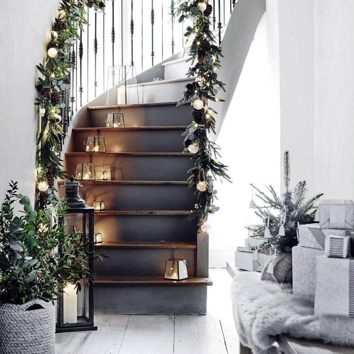 гирлянды и хвоя для новогоднего декора лестницы