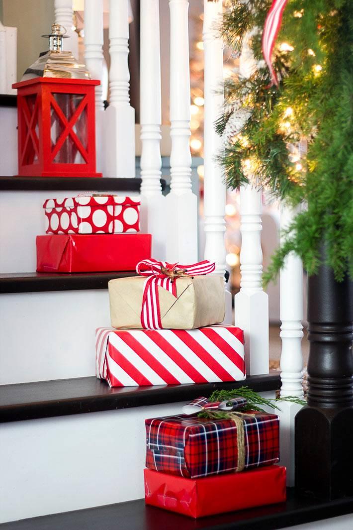 новогодние подарки на ступенях лестницы в кадестве декора