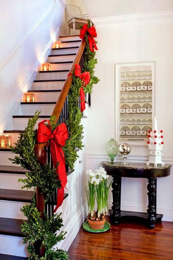 хвоя и красные банты на перилах лестницы к новому году