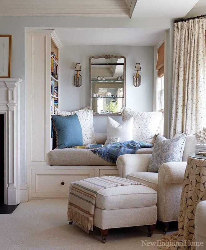мягкий уютный диван возле окна фото