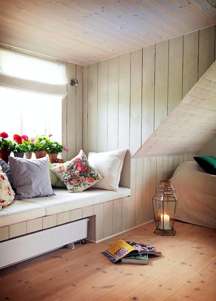 уютный подоконник с мыгкими подушками фото