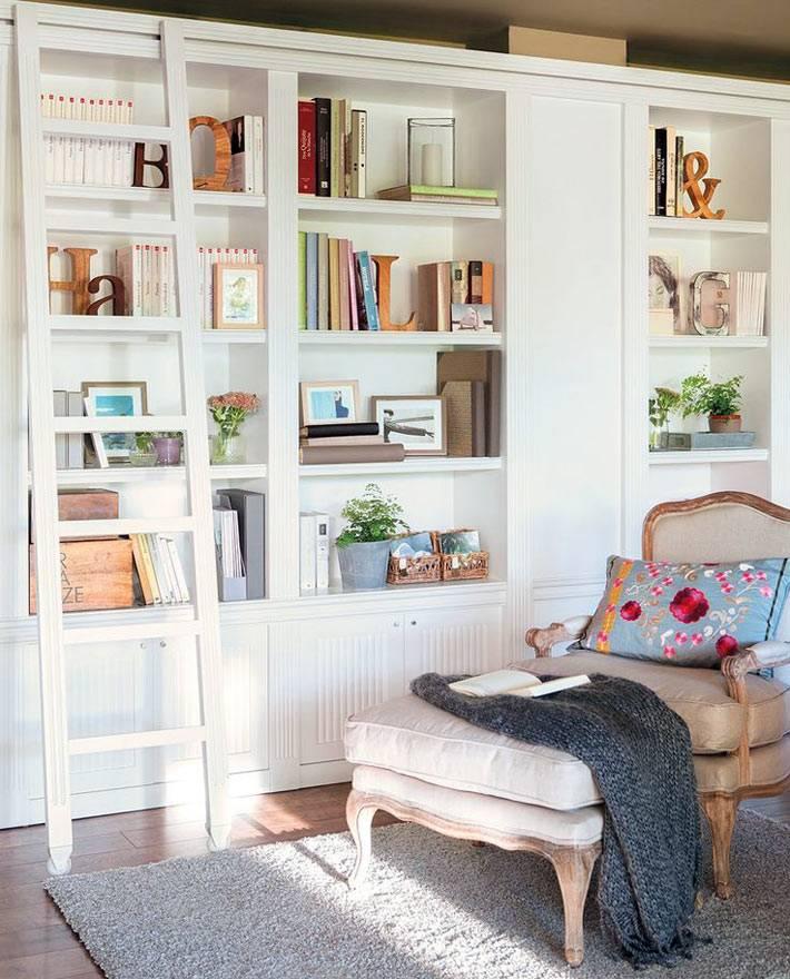 библиотека в доме с мягким диванчиком