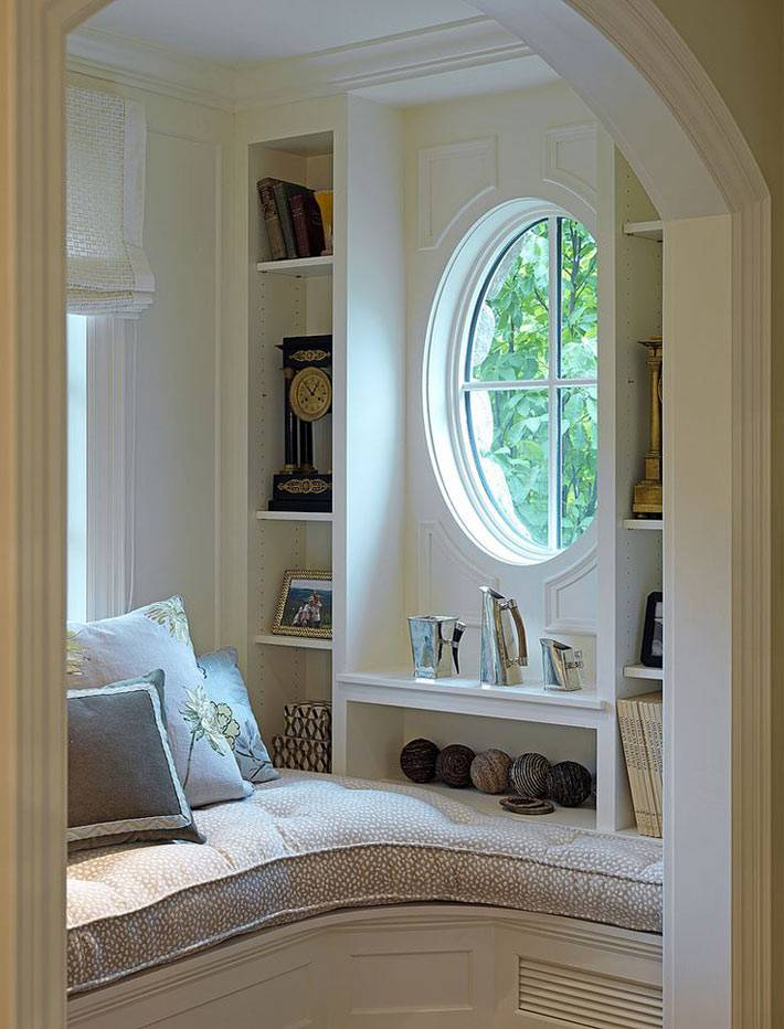 альков в доме для отдыха возле окна