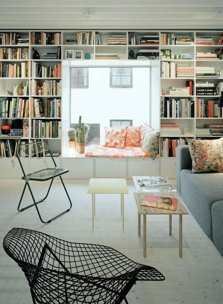 домашняя библиотека со стеллажами и мягким подоконником