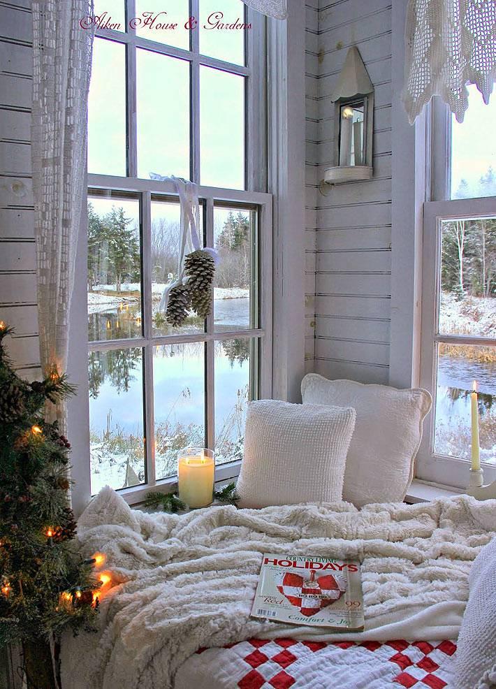 новогодний интерьер с уютным местом у окна