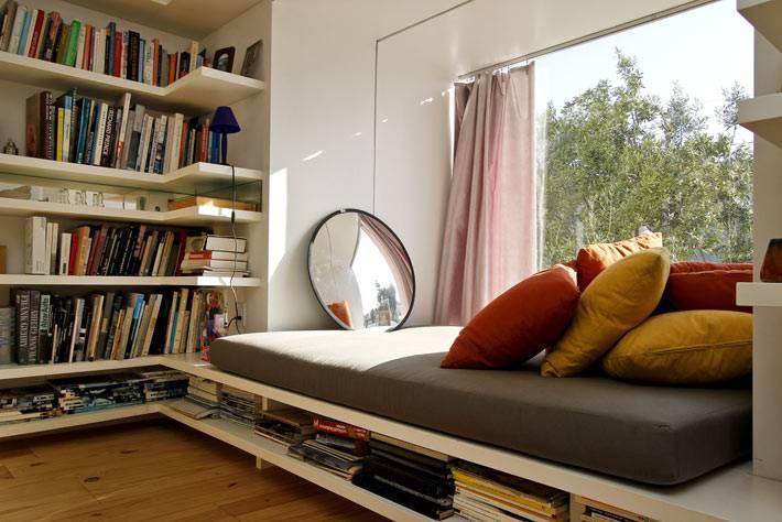 большое уютное место у окна с мягкими подушками
