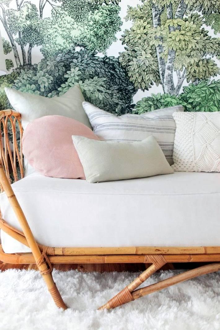 белая мебель и зеленые обои в интерьере детской фото