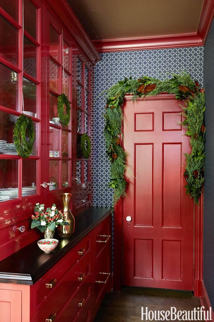 красная мебель и красная дверь в интерьере кухни фото