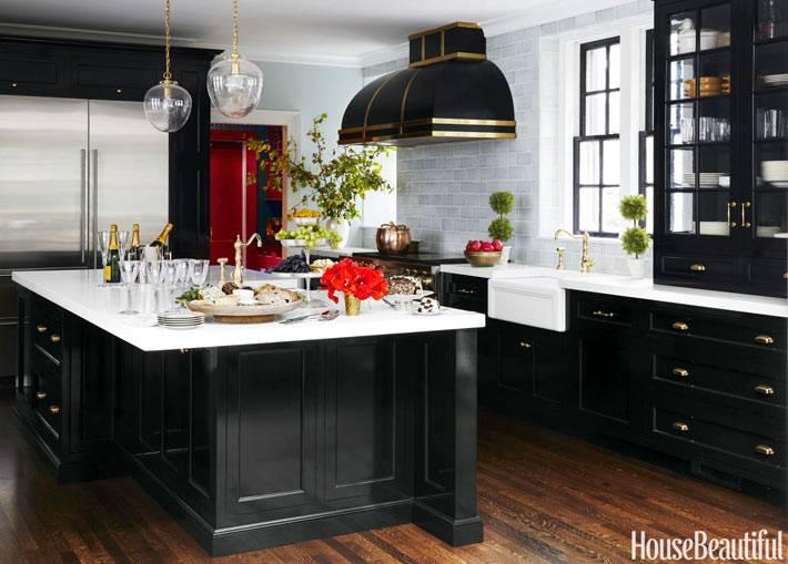 красивый интерьер кухни с преобладающим черным цветом