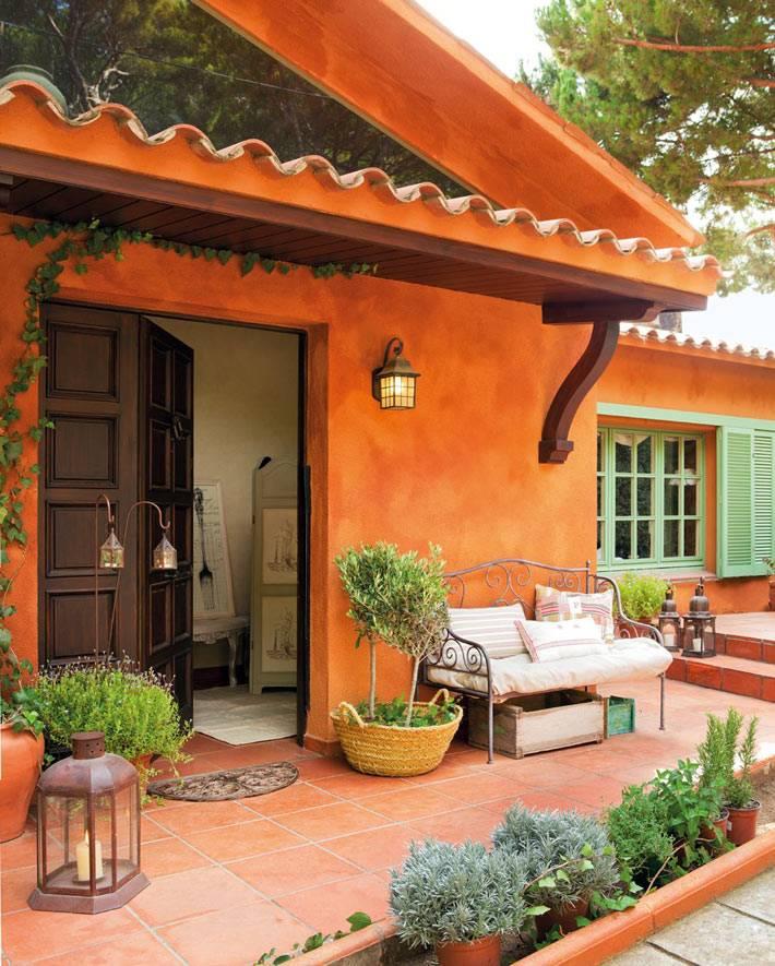 оранжевый фасад дома в Испании фото