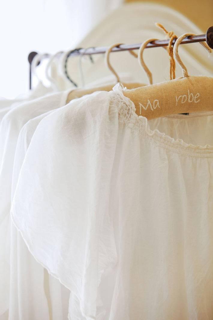 белые платья как декор в интерьере спальни