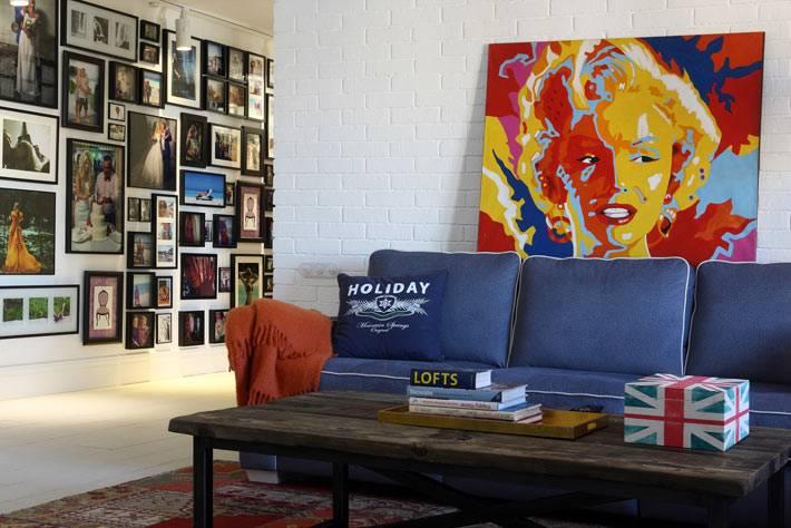 коллаж из фотографий во всю стену в интерьере квартиры фото