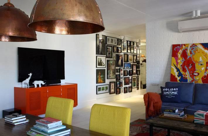 яркая мебель в дизайне интерьера квартиры в Москве фото