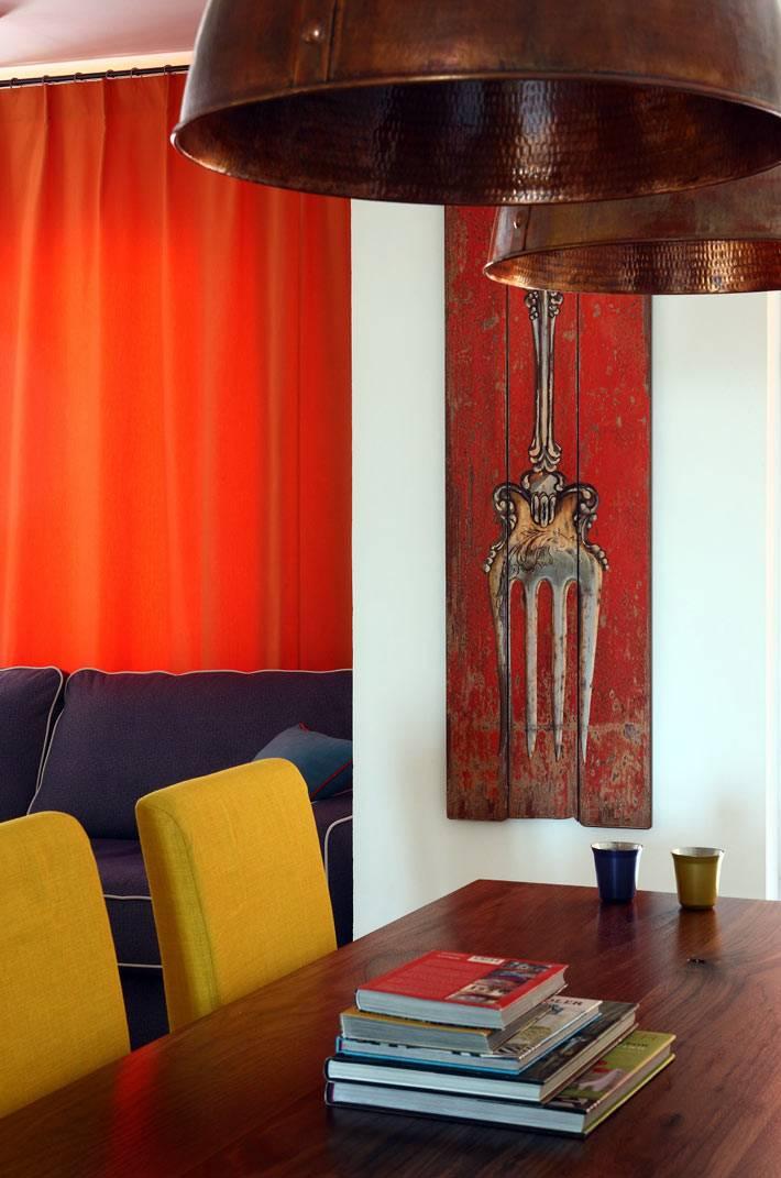 деревянная картина с вилкой как декор гостиной комнаты