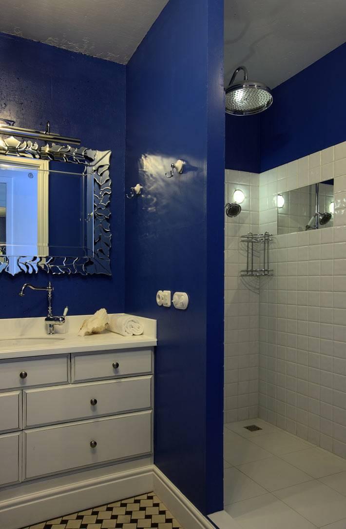 Глубокий синий цвет в сочетании с белым в дизайне ванной комнаты фото