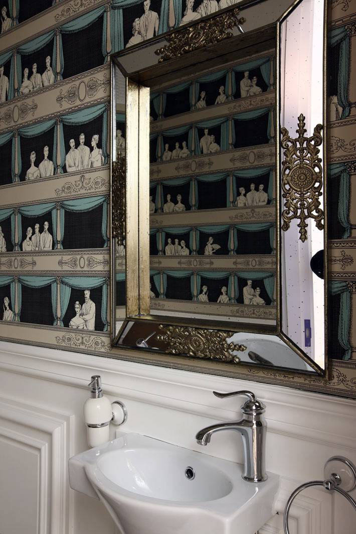 зеркало с умывальником в туалетной комнате фото