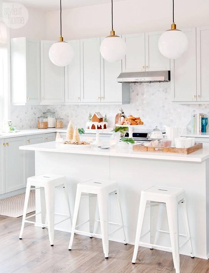 белый интерьер кухни в новогоднем интерьере