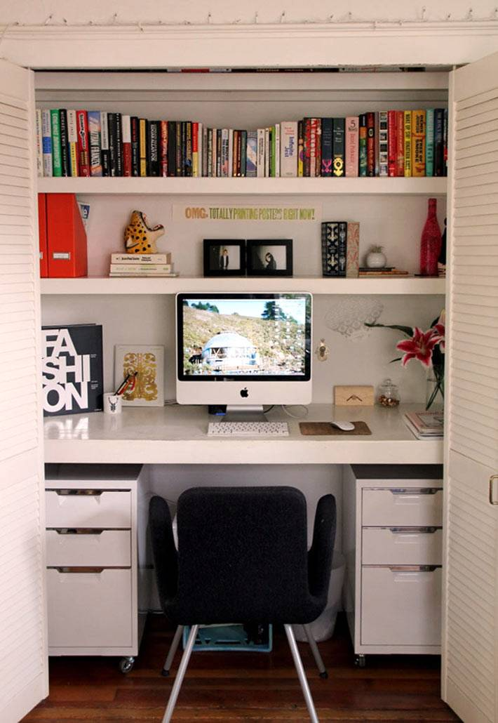 рабочий стол с книжными полками в нише фото