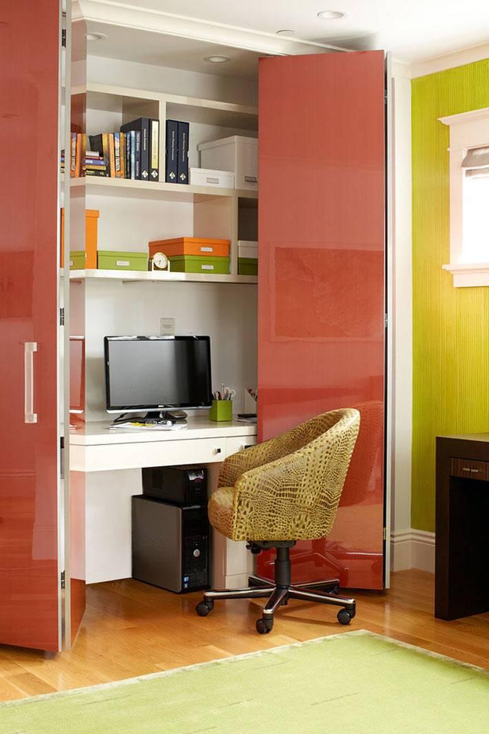 полноценное рабочее место в шкафу с яркой дверью фото