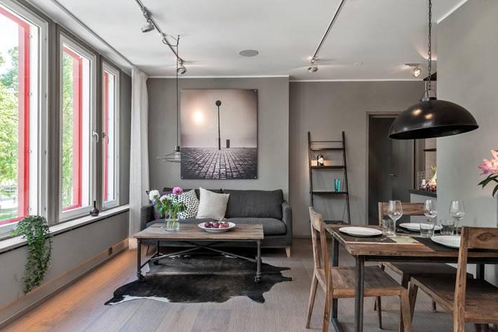 Серый интерьер квартиры с яркими розовыми окнами