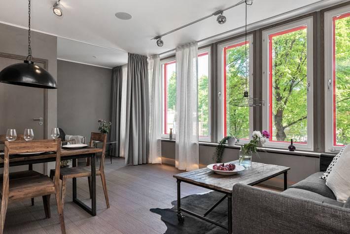 Серый цвет в интерьере гостиной комнаты с розовыми окнами фото