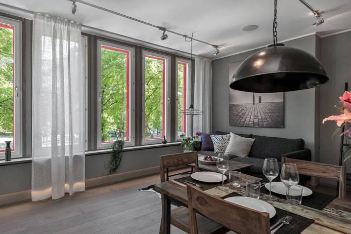Яркие окна в сдержанном интерьере квартиры фото