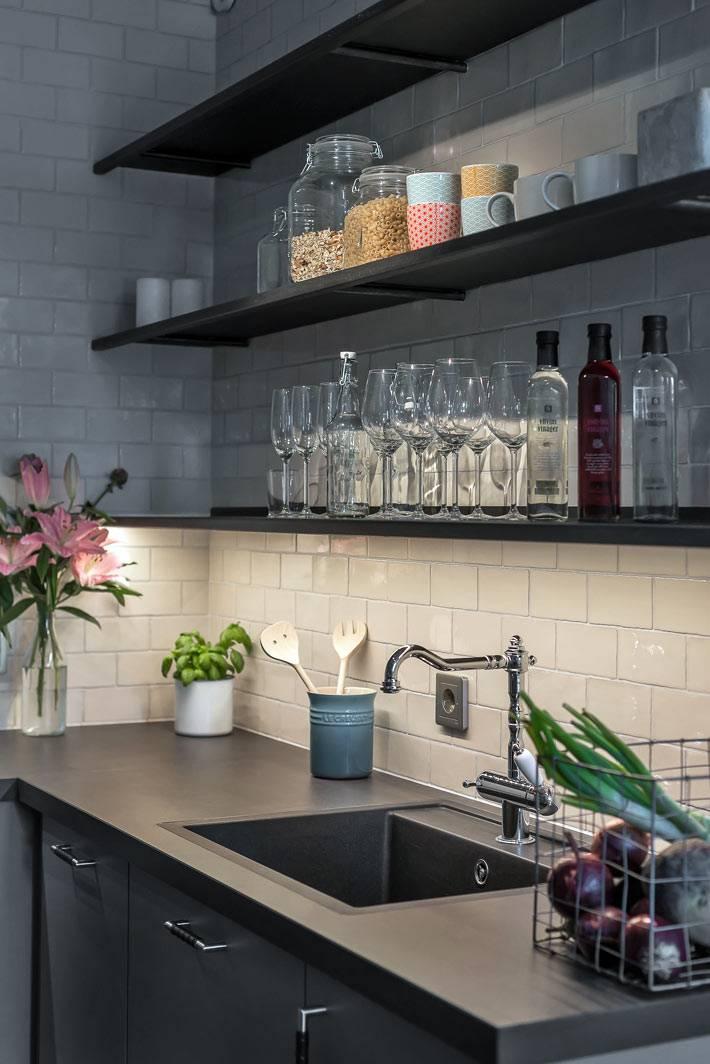 Красивая кухня с открытыми полками для хранения посуды