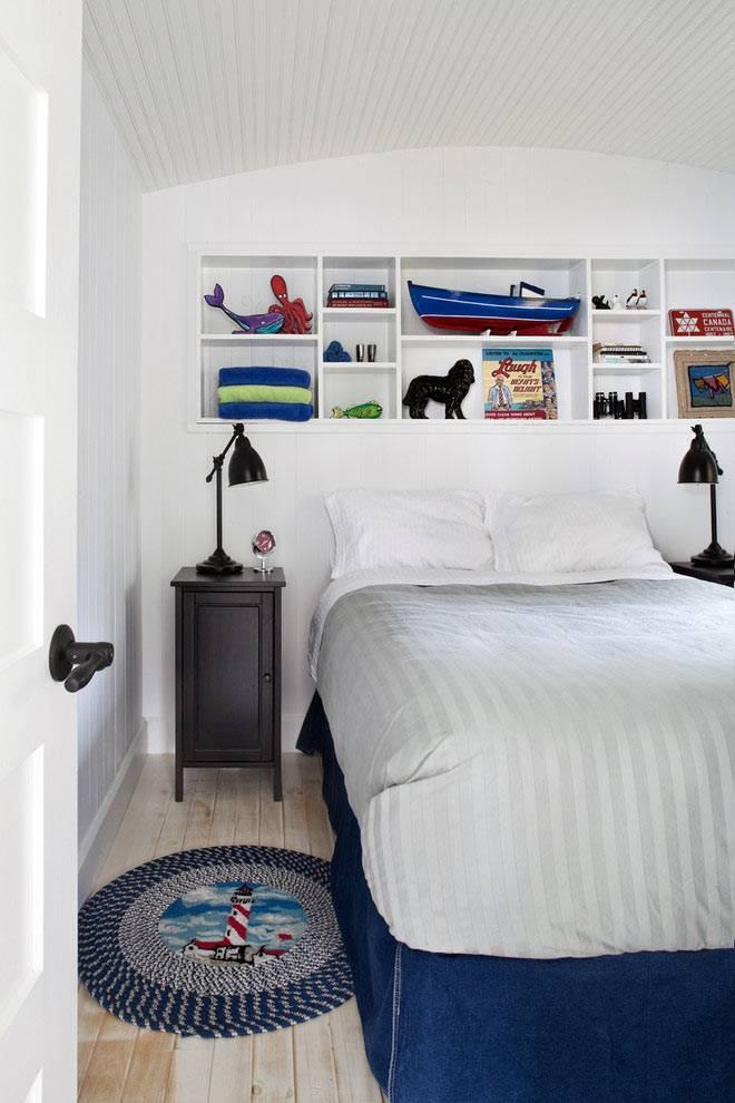 белая полка над кроватью в детской спальне