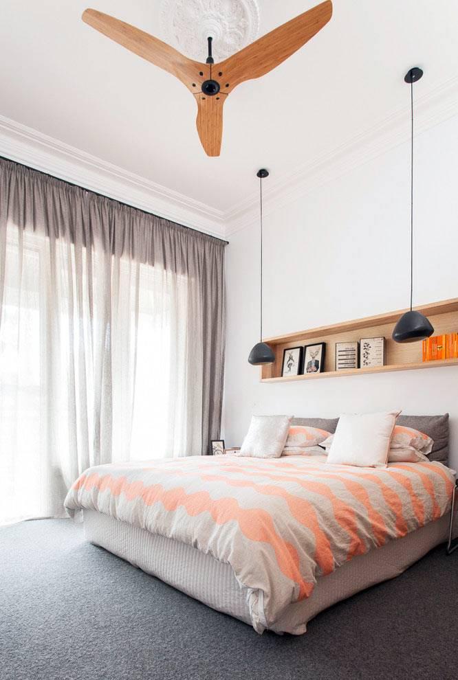 интерьер спальни с полкой в изголовье кровати