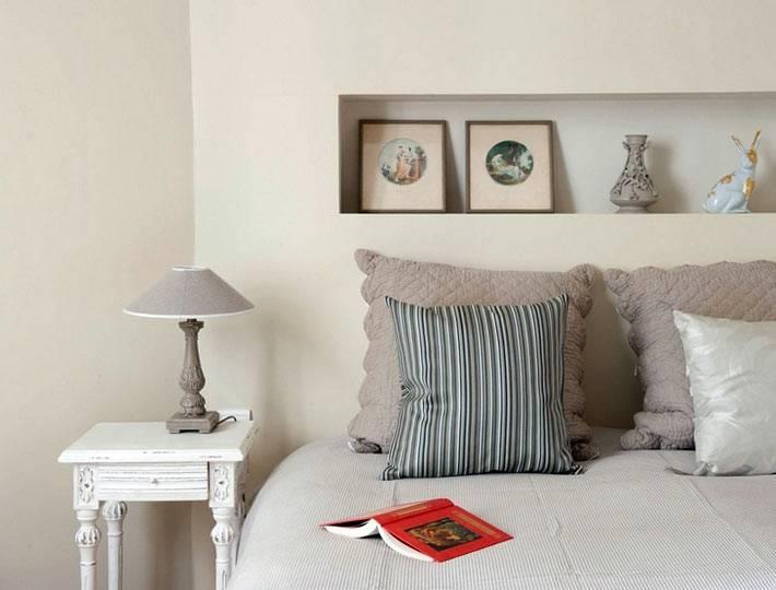 пастельный интерьер спальни с нишевой полкой в изголовье кровати