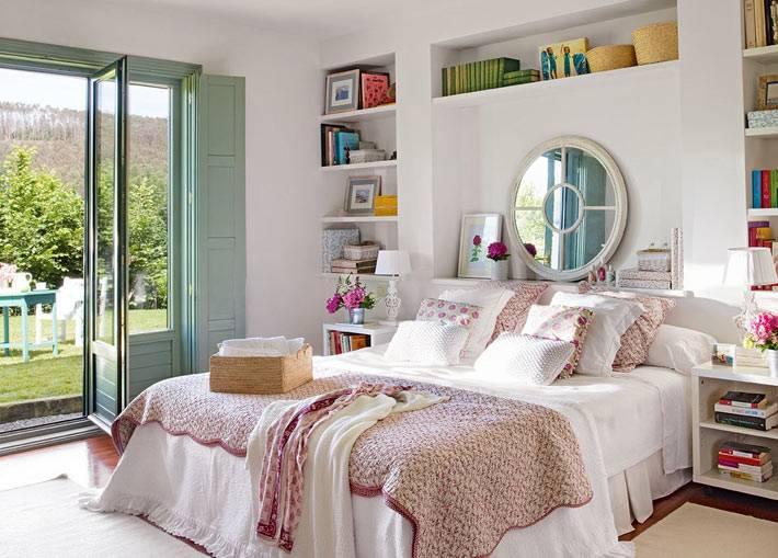 красивый интерьер спальни с полками возле кровати