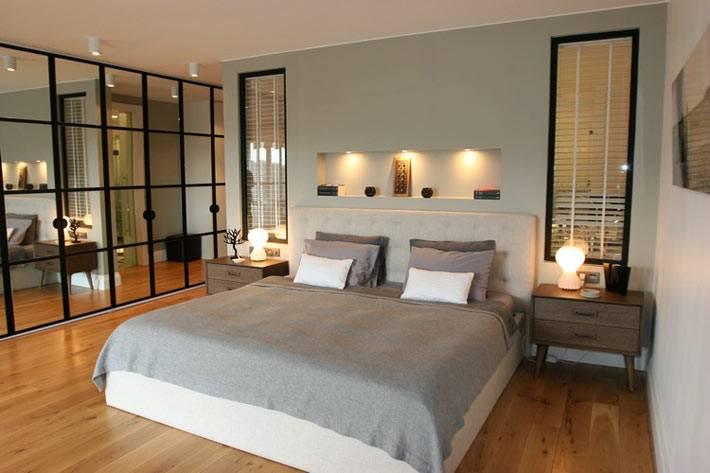 дизайн интерьера спальни в сером цвете со встроенной полкой с подсветкой