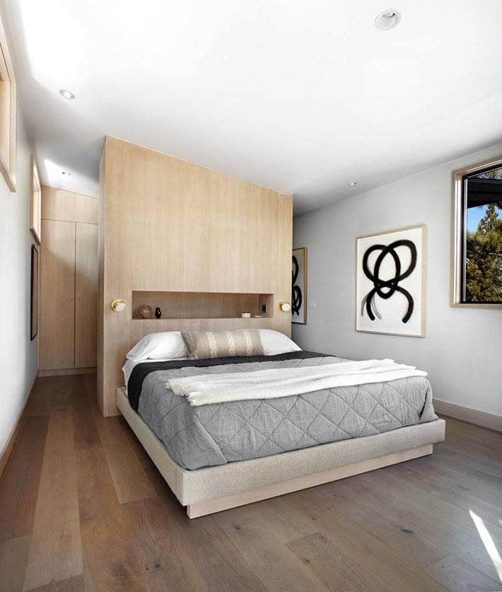 деревянное изголовье кровати со встроенной полкой