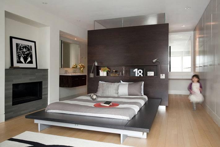 темная деревянная стена в спальне со встроенной нишей