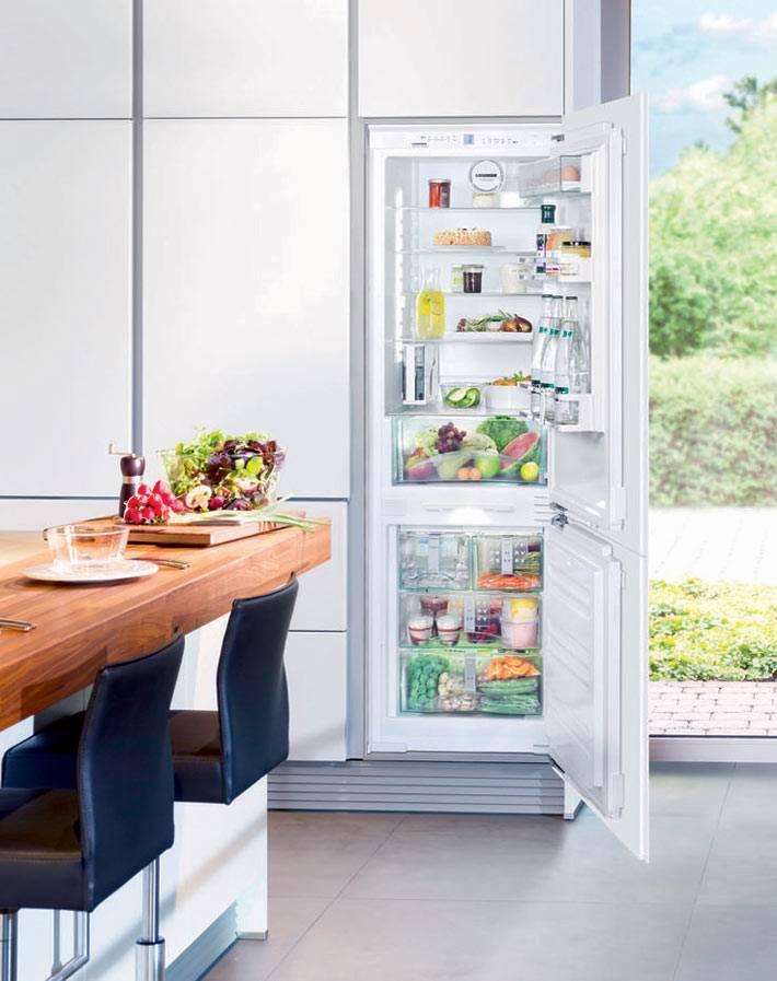 белый холодильник Whirlpool в интерьере кухни
