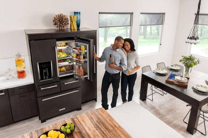 черный холодильник Whirlpool c нижней морозильной камерой фото