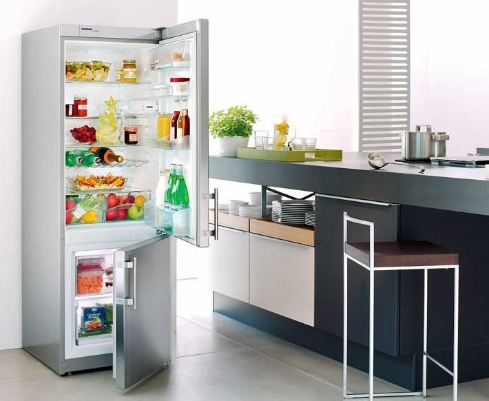 холодильник с нижней морозильной камерой в интерьере кухни