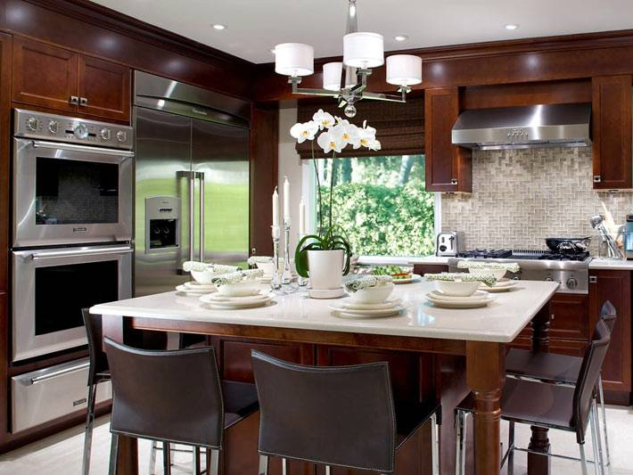 красивый интерьер кухни с большим холодильником