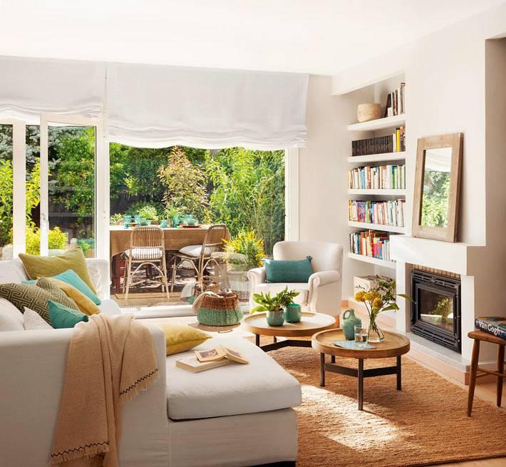 Интерьер гостиной комнаты с книжными стеллажами и камином фото